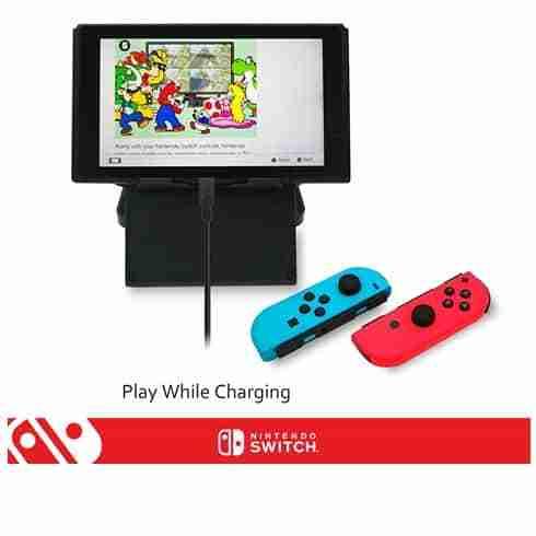 แขนของขาตั้ง Nintendo Switch PlayStand ถูกออกแบบให้ยกสูงขึ้น เพื่อให้คุณเสียบสายชาร์จได้